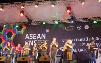 Lễ hội ASEAN ONE, Thái Lan, chơi kèn trumpet cùng với nghệ sĩ Trần Mạnh Tuấn và ban nhạc của Koh Mr. Saxman.